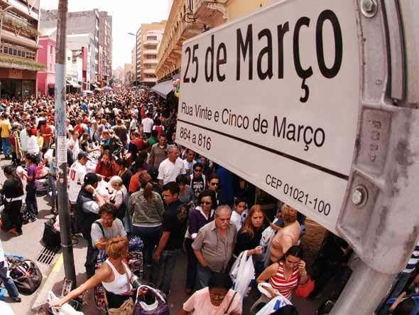 Rua 25 de março, importante centro comercial da cidade de São Paulo que evidencia o crescimento do setor terciário nas metrópoles brasileiras.